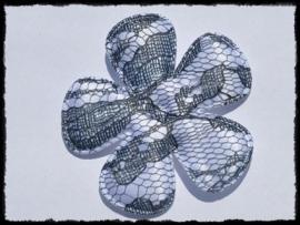 Satijnen bloem, wit met donkergrijs kant - 65mm