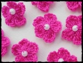 Gehaakt bloemetje met pareltje, fuchsia - 4 stuks - 15-20 mm.