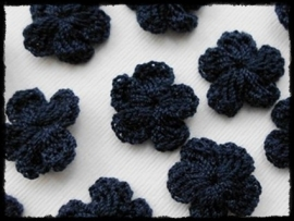 (kl) Gehaakt bloemetje, donkerblauw - 4 stuks - 2 cm.