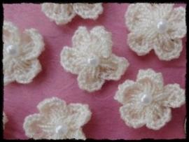 Gehaakt bloemetje met pareltje creme - 4 stuks - 15-20 mm.