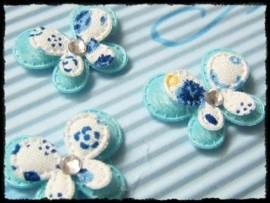 Dubbellaags blauw satijnen vlinder met strass - 3 stuks - 2.5 cm.