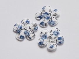 Katoenen bloemetjes, wit met blauwe roosjes - 4 stuks - 25mm.