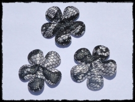 Satijnen bloemetjes zilvergrijs, met zwart kant - 4 stuks - 3.5cm.