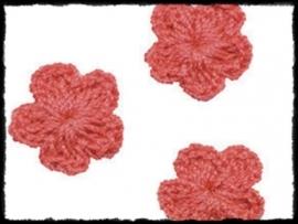 (kl) Gehaakt bloemetje, koraal - 4 stuks - 2 cm.