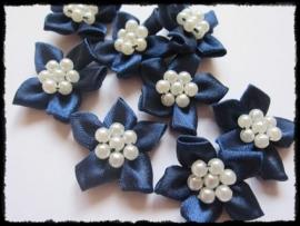 Satijnen bloemetje met parelapplicatie, donkerblauw - 3 stuks - 3 cm.