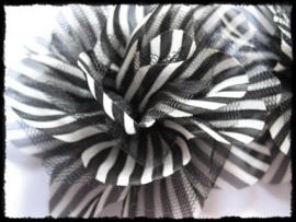 XXL-bloem - gestreept met tule, zwart - 10 cm.