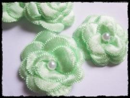 Luxe mintgroen satijnen bloem met parel - 2 stuks - 4 cm.