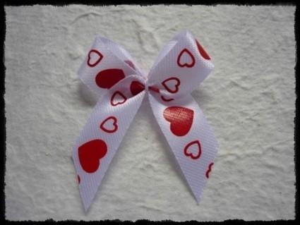 Wit strikje met rode hartjes -  3 stuks - 3 x 3.5 cm.