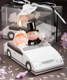 Bruidspaar kaarsje in auto