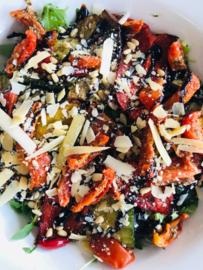 Salade Gegrilde groente, zongedr.tomaatjes, pijnboompitten, parmazaan en balsamico