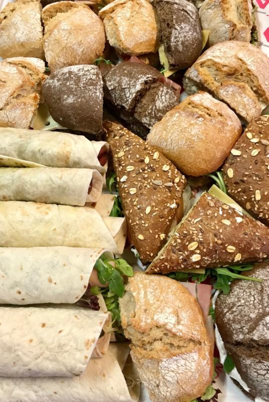 Luxe broodjes en Wraps alles in 2e gesneden op schaal