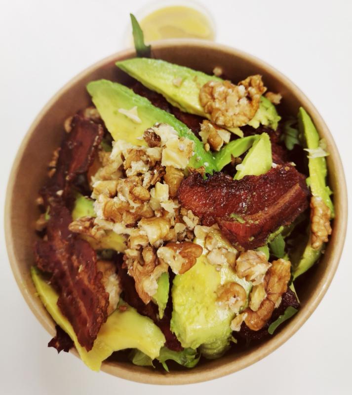 Salade Avocado, bacon en walnoten met honing-mosterddressing (apart)