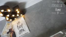 Kindertafel rechte poten met stoer betonlook blad op maat gemaakt