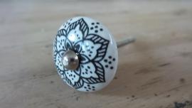 Lief wit porseleinen knopje met zwart bloemmotief