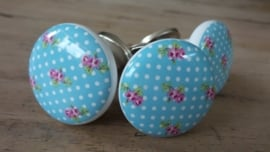 Lichtblauw porseleinen knopje met roze bloemetjes