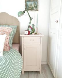 Brocante vintage nachtkastje pastel