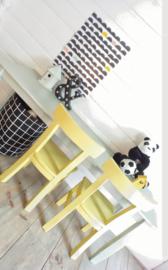 Kindertafel met taps toelopende poten op maat gemaakt