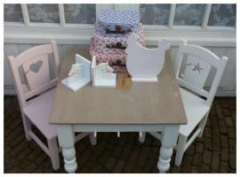 Lieve kindertafel met gedraaide poten op maat gemaakt