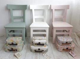 Hip houten kinderstoeltje schoolstoeltje teak of mat gelakt in leuke kleurtjes