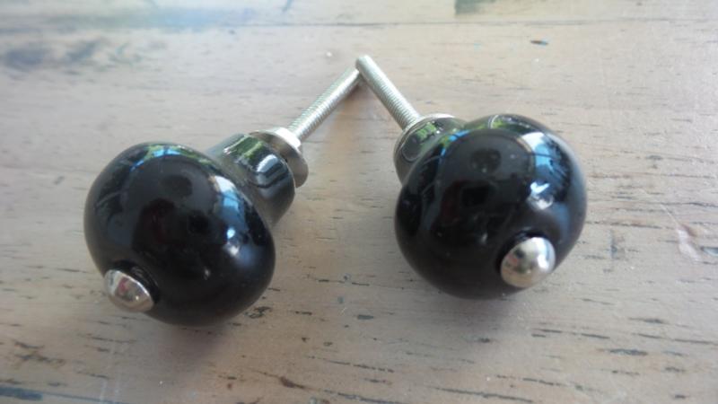 Klein zwart porseleinen meubelknopje