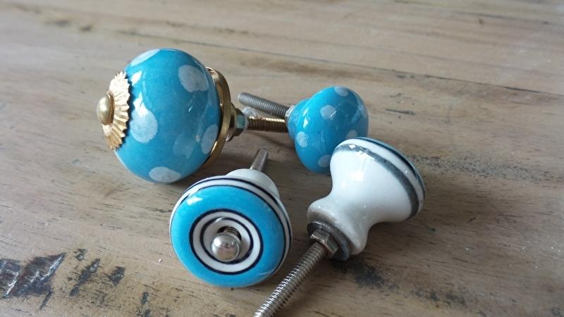 Aqua porseleinen knopje met witte stip