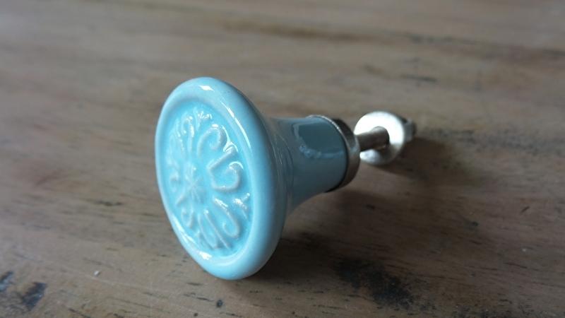Lichtblauwe porseleinen meubelknop met printje