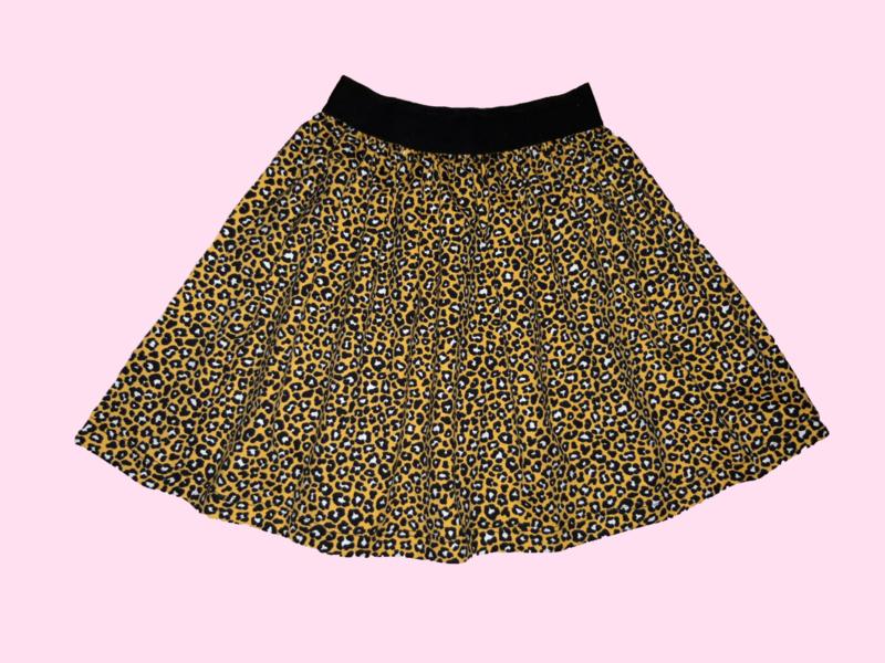 2322 - Wijdvallend okergeel luipaard print rokje