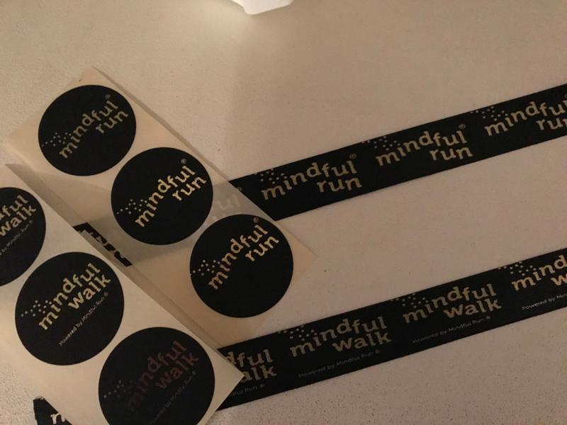 Mindful walk sticker 35 mm zwart met gouden opdruk