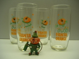 4 Fanta glazen met sleutel hanger. / 4 Fanta glasses with key holder.