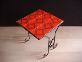 Tegeltafeltje in rood en gietijzer / Tile table in red and cast iron