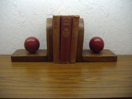 Houten boekensteunen met rode bal / Wooden book ends wdith a red ball