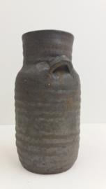 Vaas in grijs bruin van Jan de Graaf / Vase in gray brown by Jan de Graaf