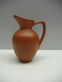 Kannetje in bruin van Sawa / Jug in brown by Sawa
