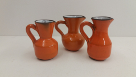 Setje van 3 kannetjes oranje wit van binnen / Set of little jugs orange and white inside