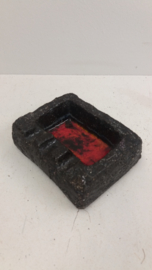 Zwarte asbak rood gevlamde binnenkant / Black ashtray glaced red inside