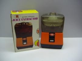 Sapcentrifuge op batterijen. / Juicer on batteries.