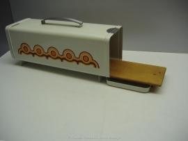 Ontbijtkoektrommel wit retro decor  / Breakfast cake container white retro decor.