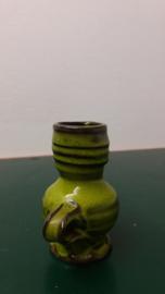 geel groen kannetje met afwijkend oortje / yellow green little jug different handle