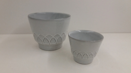 2 witte bloempotten met reliëf nr. 2117 / 2 white planters with relief  nr. 2117