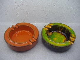 Set asbakken in retro kleuren 15 cm. / Set ashtrays in retro colors 5.1 inch.