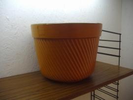 Grote bloempot in oranje ribbel 23 cm. / Big planter in orange ribs 9.1 inch.