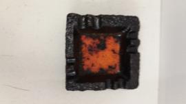 Zwarte asbak rood oranje gevlamde binnenkant / Black ashtray glaced red orange inside