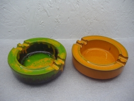 Set asbakken in retro kleuren 15 cm. / Set ashtrays in retro kleuren 5.9 inch.