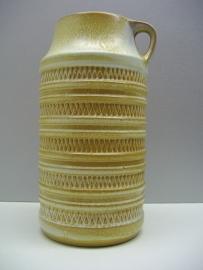 Carstens kan in beige oker 25 cm. / Carstens jug in beige ocher 9.8 inch.