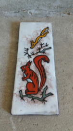Ruscha wandbord met eekhoorns. / Ruscha wall tile with squirrels.