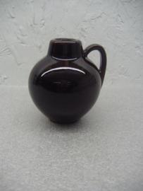 Klein kannetje in zwart 7 cm. / Little jug in black 2.7 inch.