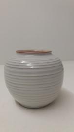 Mooie  vaas in wit met ribbel nummer 1012 / Nice vase in white number 1012