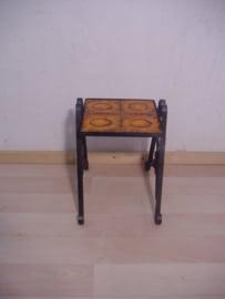 Bijzettafeltje gietijzer en oranje tegels. / Side table cast iron and orange tiles