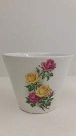 Bloempot in wit met roze en gele rozen / Planter in white with pink and yellowroses