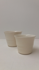 Kleine bloempotjes in wit 8.5 en 10 cm.  / Little planters in white 3.3 and 3.9 inch. 2111